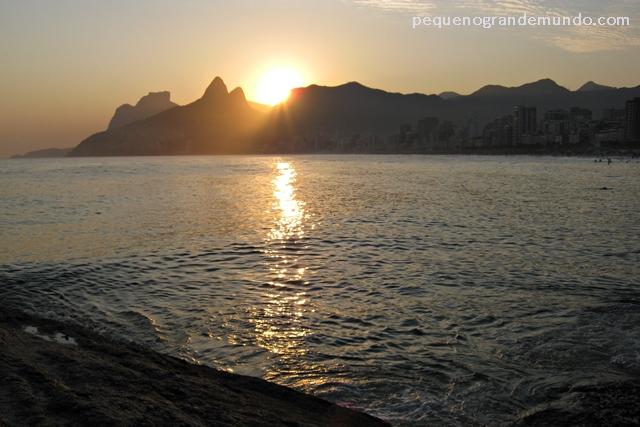 Pôr do sol nas pedras do Arpoador
