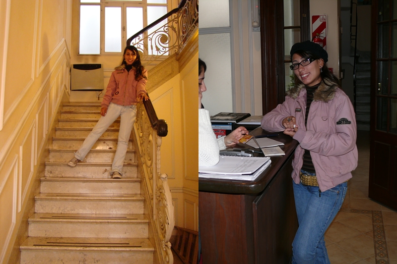 Érica posando em algumas das áreas comuns do Hostel: escada de acesso aos quartos e recepção