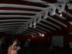 Sala de video com esqueleto de baleia