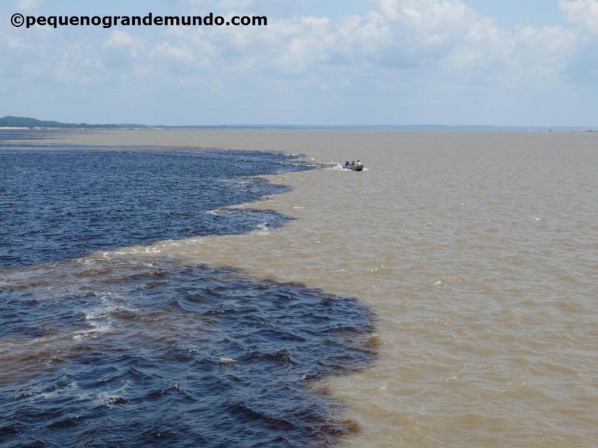 Encontro das Águas: Rio Negro (à esq.) e Rio Solimões (à dir.) se unindo para formar o gigante Rio Amazonas