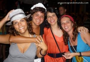 Nós, as Crises do bog Pequeno Grande Mundo (eu fantasiada de empregadinha) e amigas no carnaval da Lapa