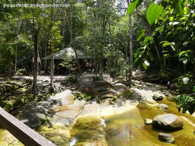 Piscinas naturais em torno de uma ilha, na Cachoeira do Santuário