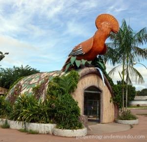 Galo-da-serra, escultura com a ave-símbolo na entrada da cidade