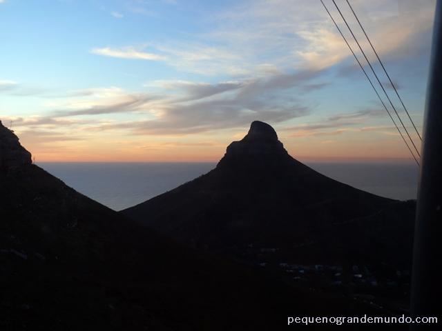 Sol se pondo por trás da Table Mountain, à esquerda, e a Lion's Head de frente, enquanto descíamos pelo bondinho.