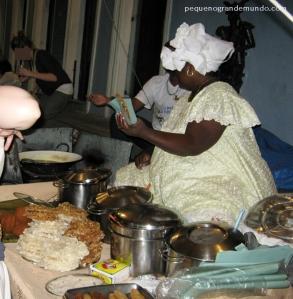 Baianas no Pelourinho vendendo acarajé, cocadas e pé-de-moleque