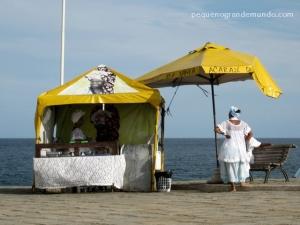 Há barraquinhas de acarajé espalhadas por Salvador inteiro: essa fica ao lado do Farol