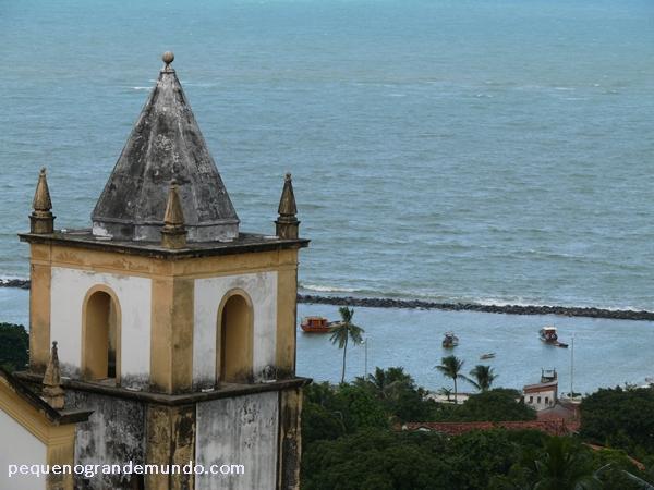 O mar e a torre da Igreja da Sé
