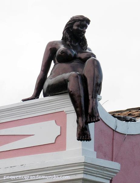 Detalhe em telhado da loja Artes do Imaginário Brasileiro, escultura do artista Genézio Gomes