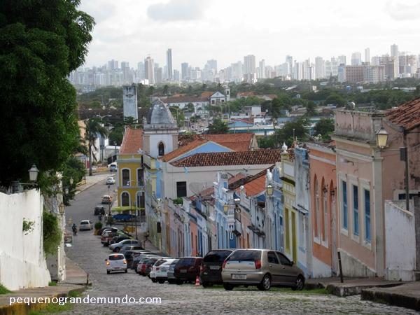Contraste entre as históricas casas coloniais em Olinda e os modernos altos prédios em Recife, ao fundo.