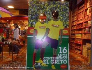 A fofa loja El Marquet, no aeroporto de Cartagena, com um cartaz sobre a Copa do Mundo