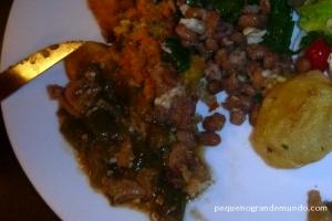 Frango com quiabo e feijão tropeiro, no restaurante Dona Conceição.
