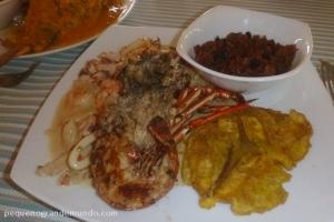 Lagosta com mariscos, arroz de coco e patacones: acompanhamentos comuns nos pratos colombianos