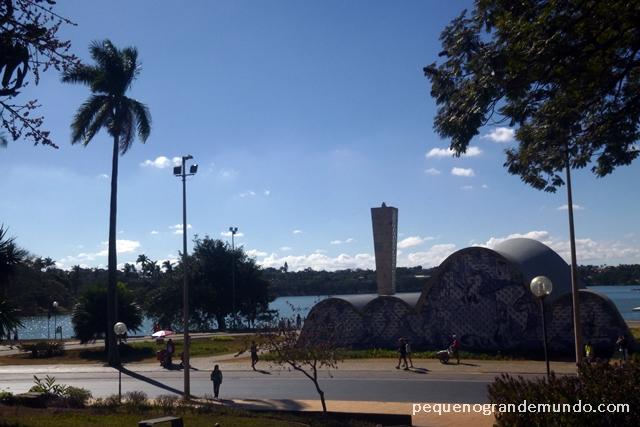 Igreja São Francisco e Lagoa da Pampulha ao Fundo