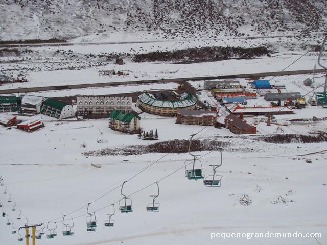 Teleférico e estação de esqui vista de cima