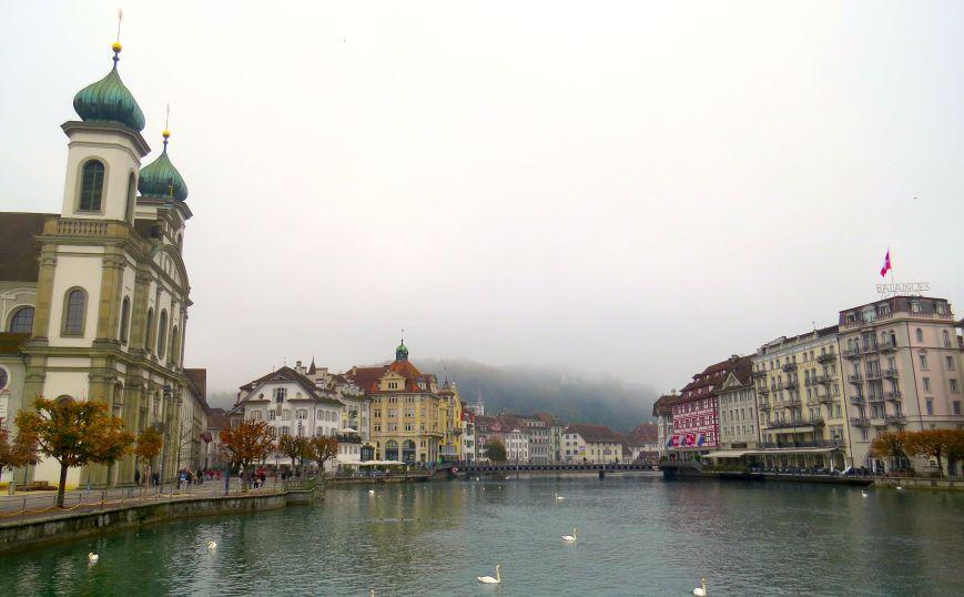 Jesuitenkirche à esquerda e o Rio Reuss