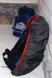 Mochilas no chão de sal do hotel de Uyuni: ele com 50L (saiu de casa com 10Kg) e eu com 75L e capa protetora (saiu de casa com 15Kg)