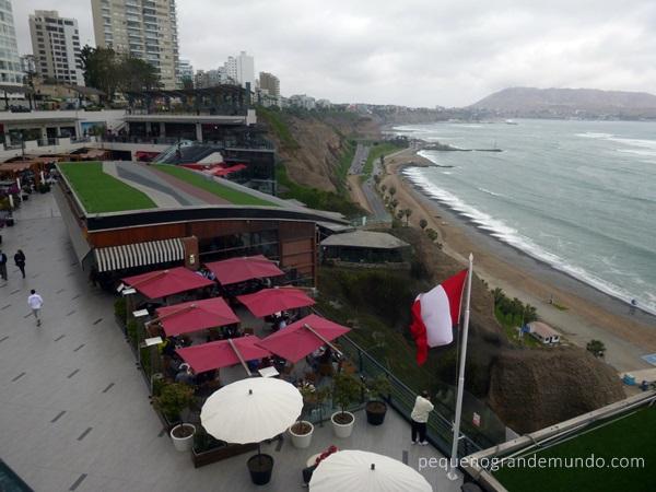 Shopping Larcomar, no penhasco, com vista pra orla. E o tempo nublado de Lima.